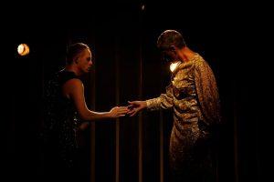 Niclas och Marias händer möts i dansen.