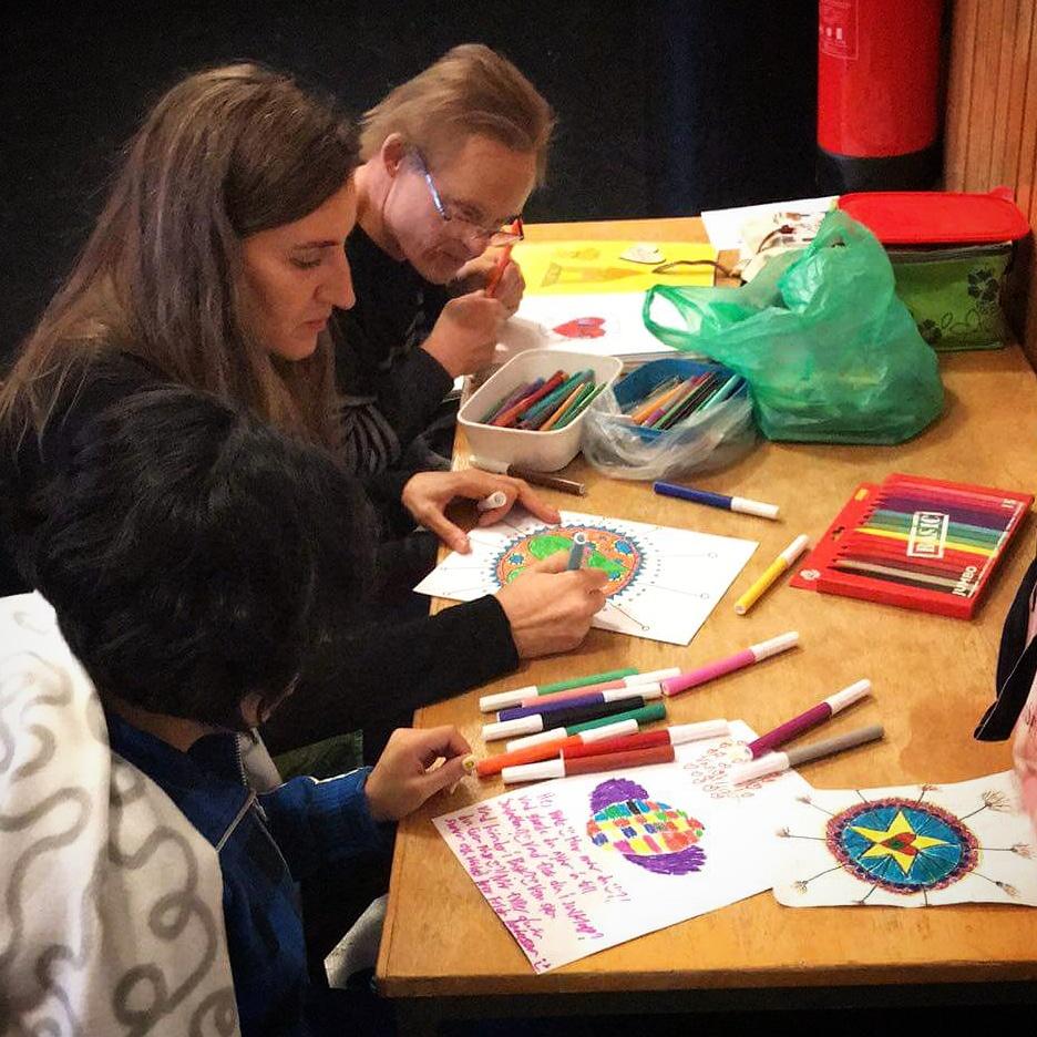 Frida, Birte och Niclas sitter och ritar
