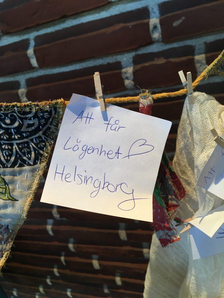 Bild på post it-lapp där det står: Att få lägenhet i Helsingborg