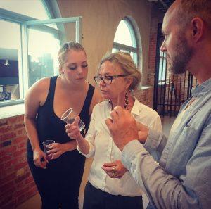 Therese, Nina och Matthias provsmakar dryck