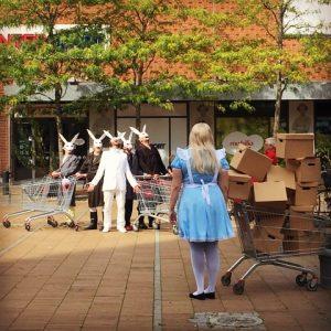 Repetition av Alices möte med Kaninmannen och hans kaninfölje på torget utanför Mobilia