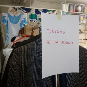 På en klädställning sitter en lapp med texten Torsdag Rep på Mobilia
