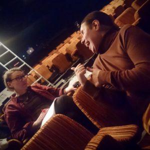 Ulrika och Dennis konverserar glatt i salongen