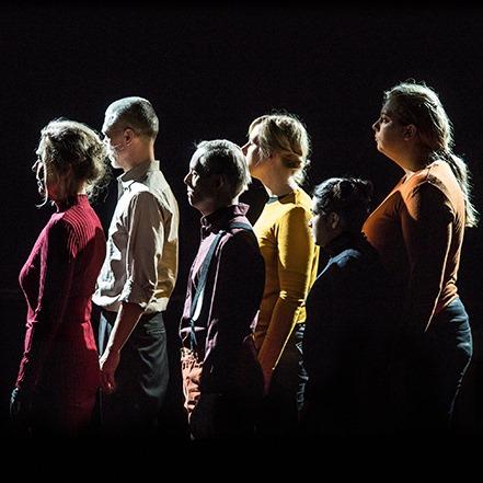 Foto från The Erased, ensemblen i profil står i en klunga.