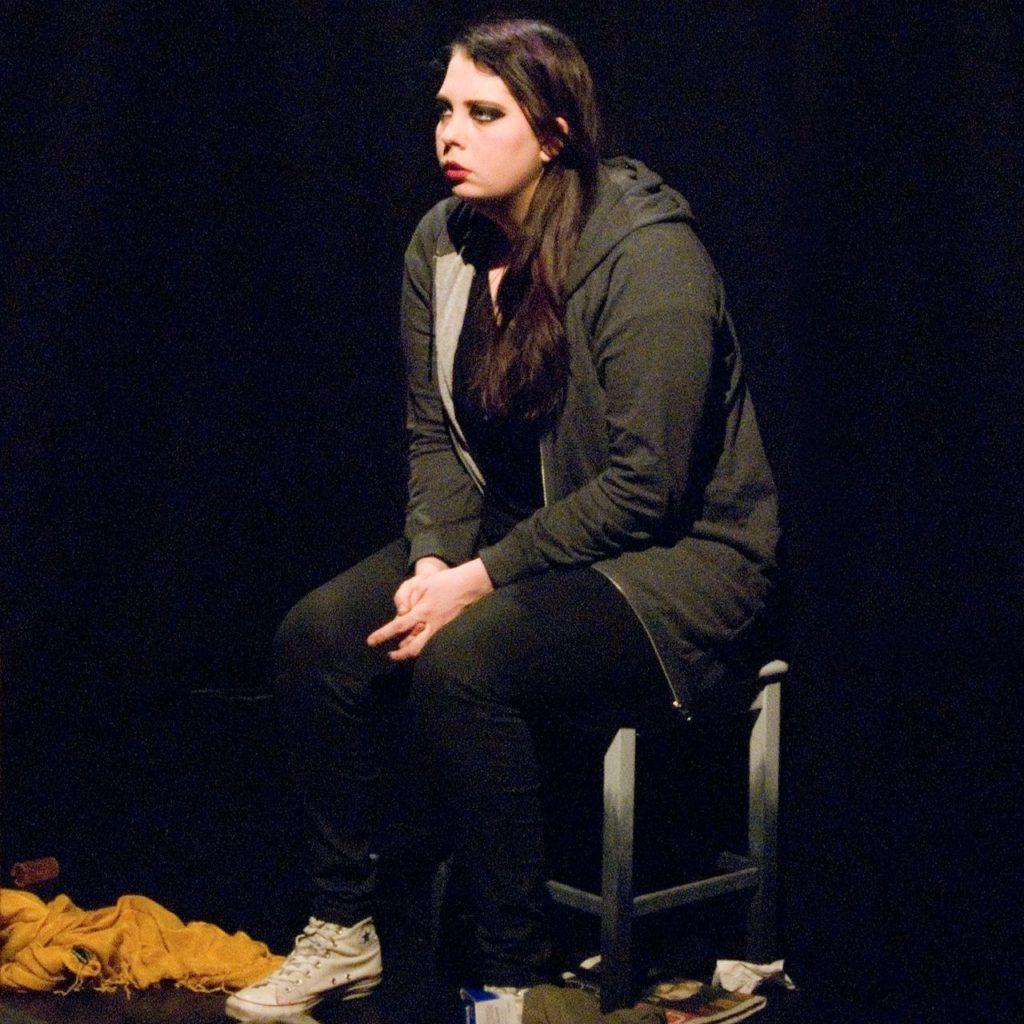 Karaktären Sara i föreställningen Fix You
