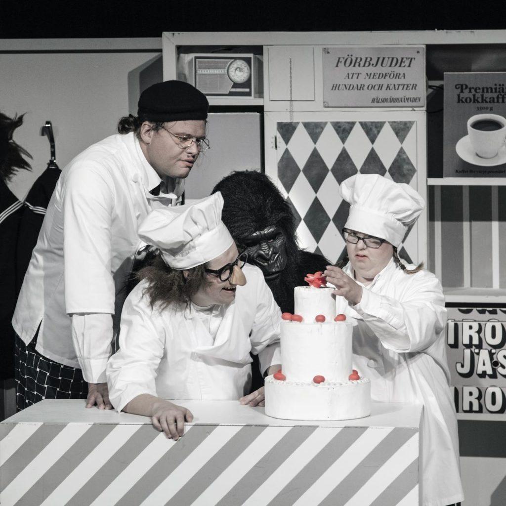 De tre karaktärerna i Tårtan tillsammans med Apan Saba bakar en tårta