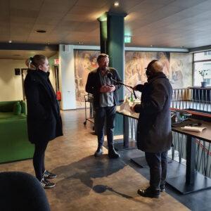 Therese och Harald intervjuas av Sveriges Radio
